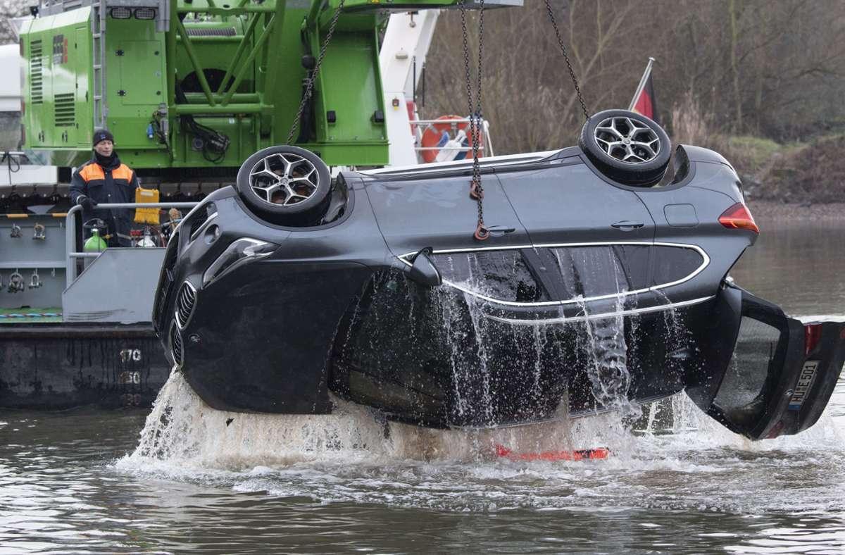 Der Wagen wurde aus dem Main geborgen. Foto: dpa/Boris Roessler