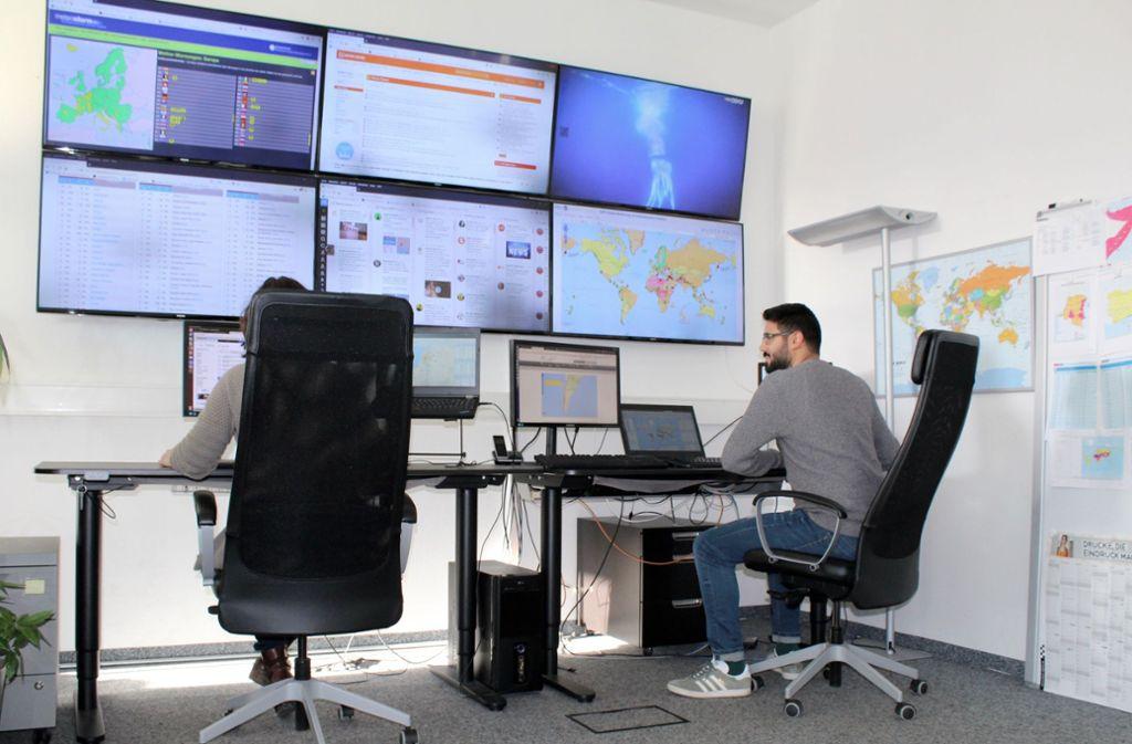 Die Mitarbeiter von A3M müssen sechs große Flachbildschirme an der Wand im Auge behalten. Foto: Hamann