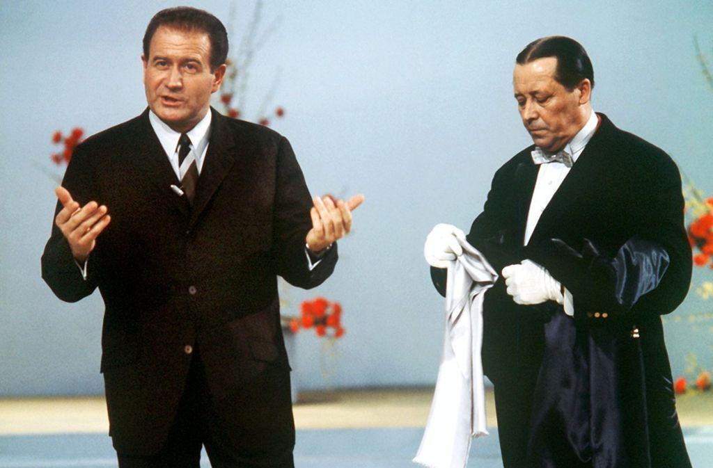 Hans-Joachim Kulenkampff (li.) als Showmaster und Martin Jente als Butler waren in den Sechzigern Garanten für einen gelungenen gutbürgerlichen TV-Abend. Foto: dpa