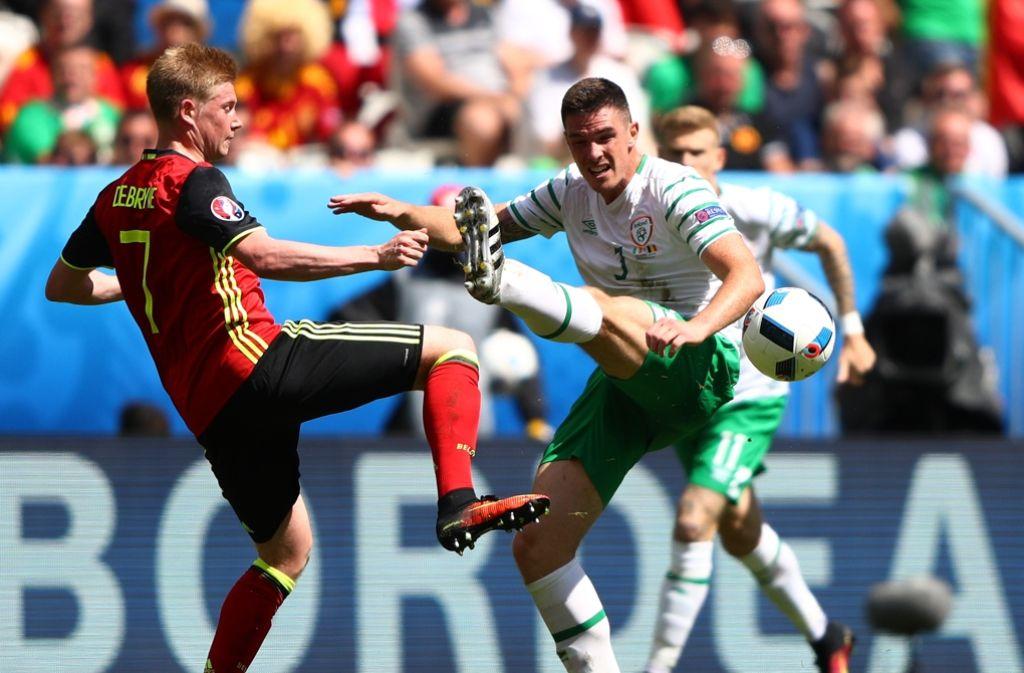 Der Ire Ciaran Clark (r.) im Zweikampf mit Kevin De Bruyne. Foto: Getty Images Europe