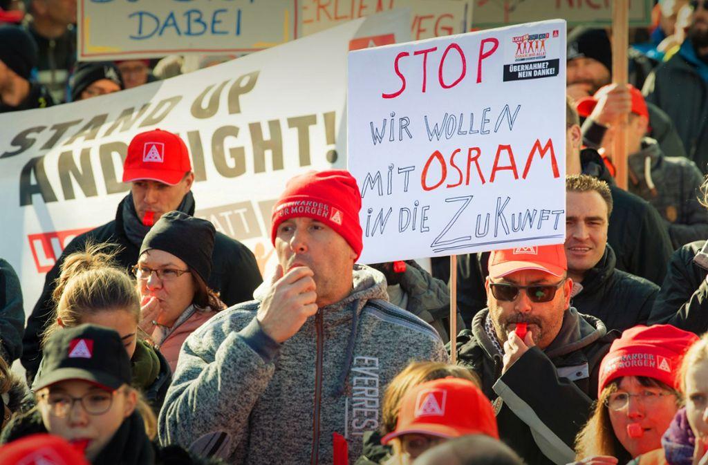 Vor der Osram-Zentrale in München haben am Montag Hunderte Beschäftigte   demonstriert. Foto: dpa/Matthias Balk