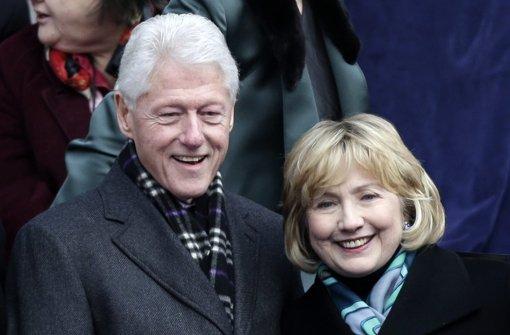 Bill Clinton nimmt Hillary in Schutz