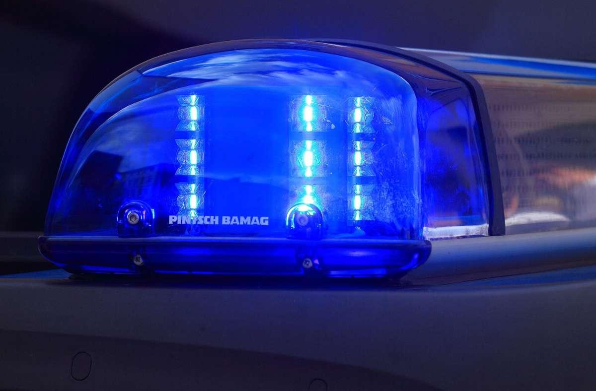 Die Polizei sucht nach einem Fahrer, der einen Ampelmast umgefahren hat. Foto: dpa/Jens Wolf