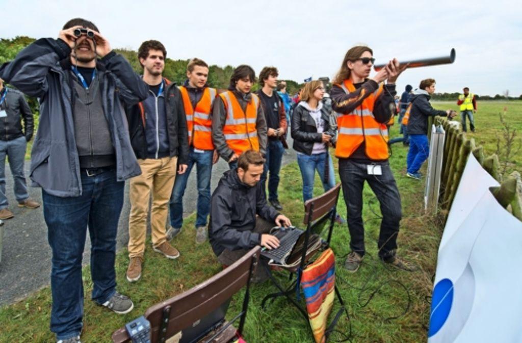 Die Herrenberger Gruppe  verfolgt den Start ihres selbst gebauten Flugobjekts. Foto: DLR/Vetter