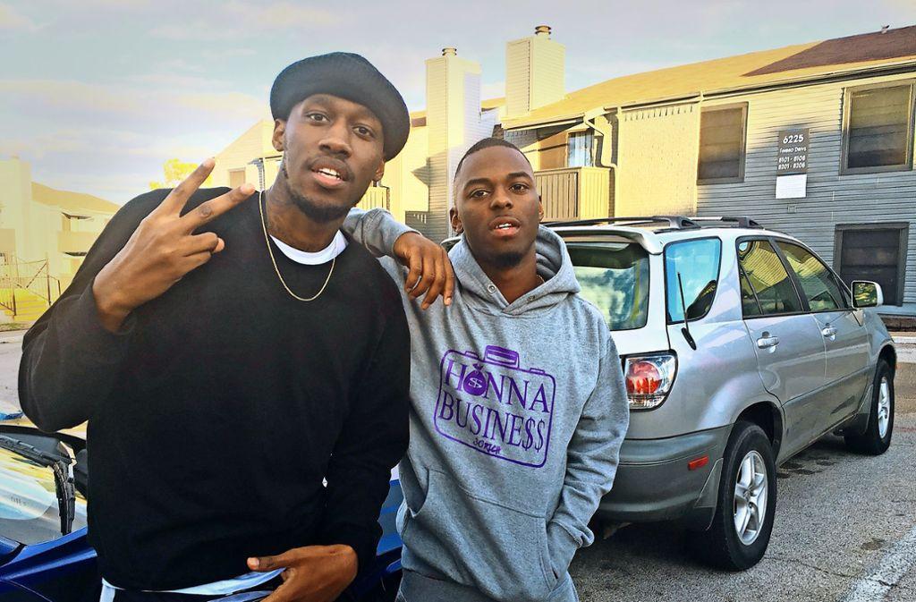 """Der Videoblogger Shawn Cotton (li.) posiert mit dem Rapper  30 Rich für seinen Youtube-Kanal  """"Say Cheese TV"""" Foto: AP"""