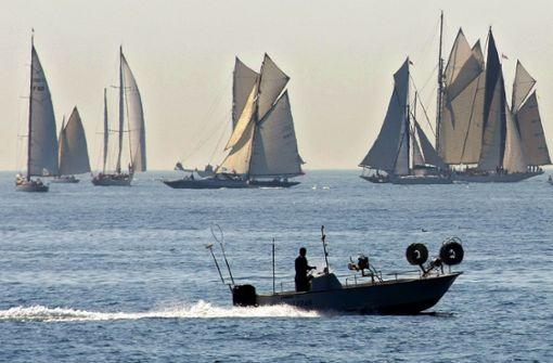 Luxusjacht fällt von Frachtschiff – und sinkt