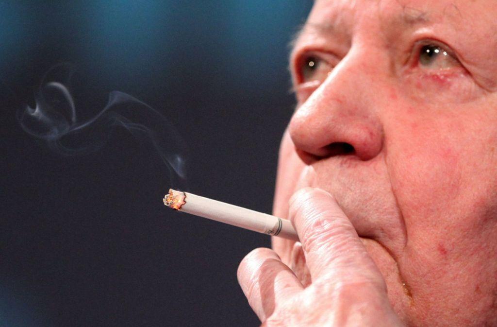 Ex-Bundeskanzler Helmut Schmidt war ein großer Fan von Mentholzigaretten Foto: dpa/Bodo Marks