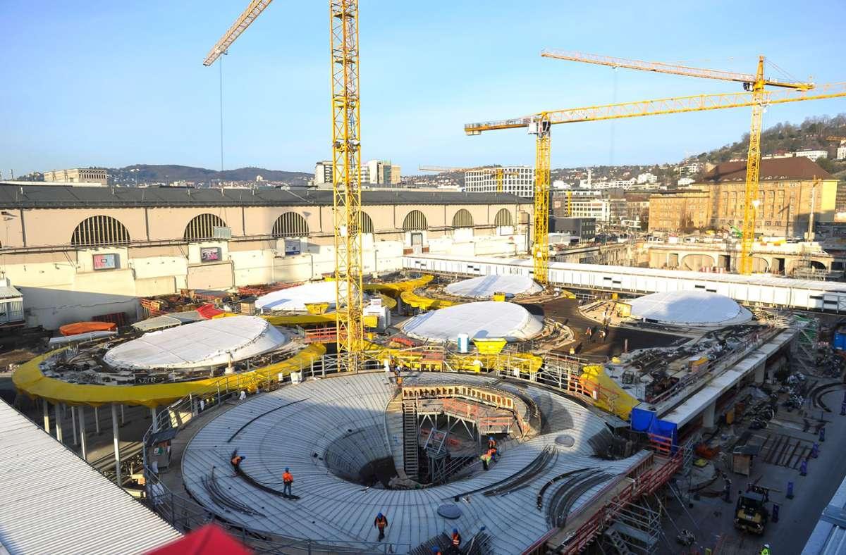 Die Lichtaugen des neuen Tiefbahnhofs zeichnen sich im Rohbau ab. 15 von 28 der charakteristischen Ringe sind inzwischen betoniert worden. Foto: Lichtgut/Max Kovalenko