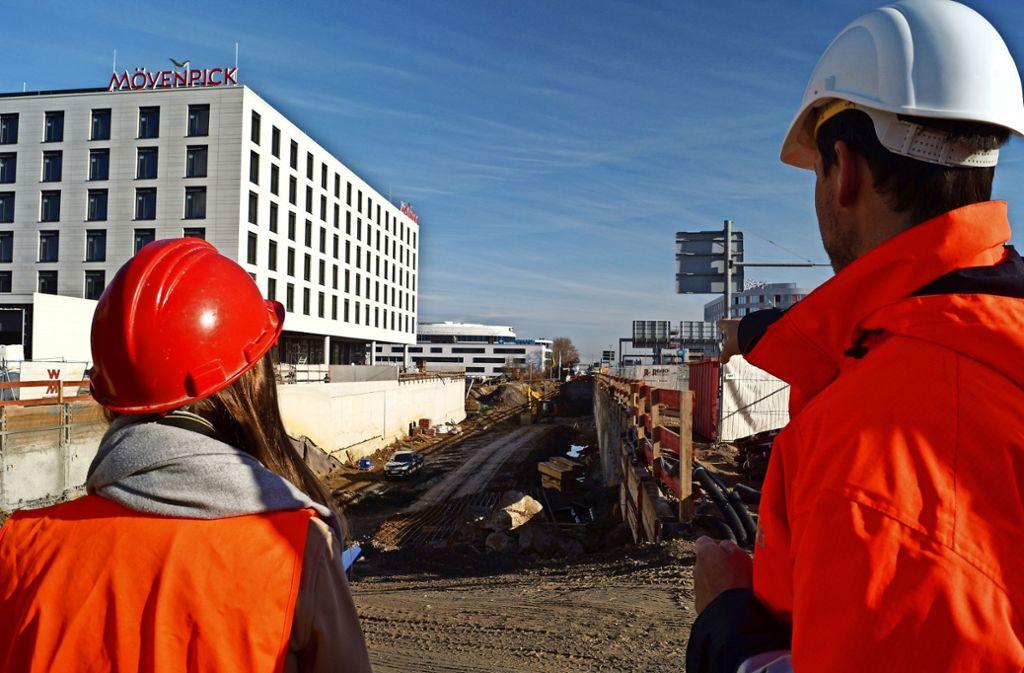 Blick in die Grube: Am Flughafen wird bald für den Tunnel betoniert. Foto: Fritzsche