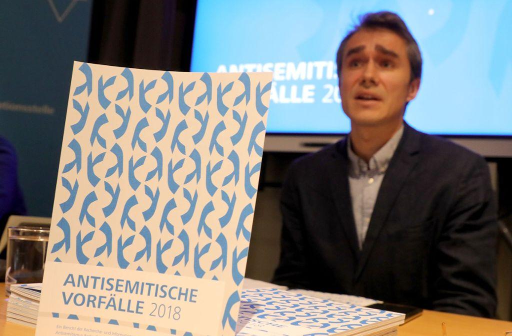 Benjamin Steinitz von der Recherche- und Informationsstelle Antisemitismus Berlin beantwortet während einer Pressekonferenz zur Vorstellung ihres Berichts über antisemitische Vorfälle 2018 Fragen von Journalisten. Foto: dpa/Wolfgang Kumm