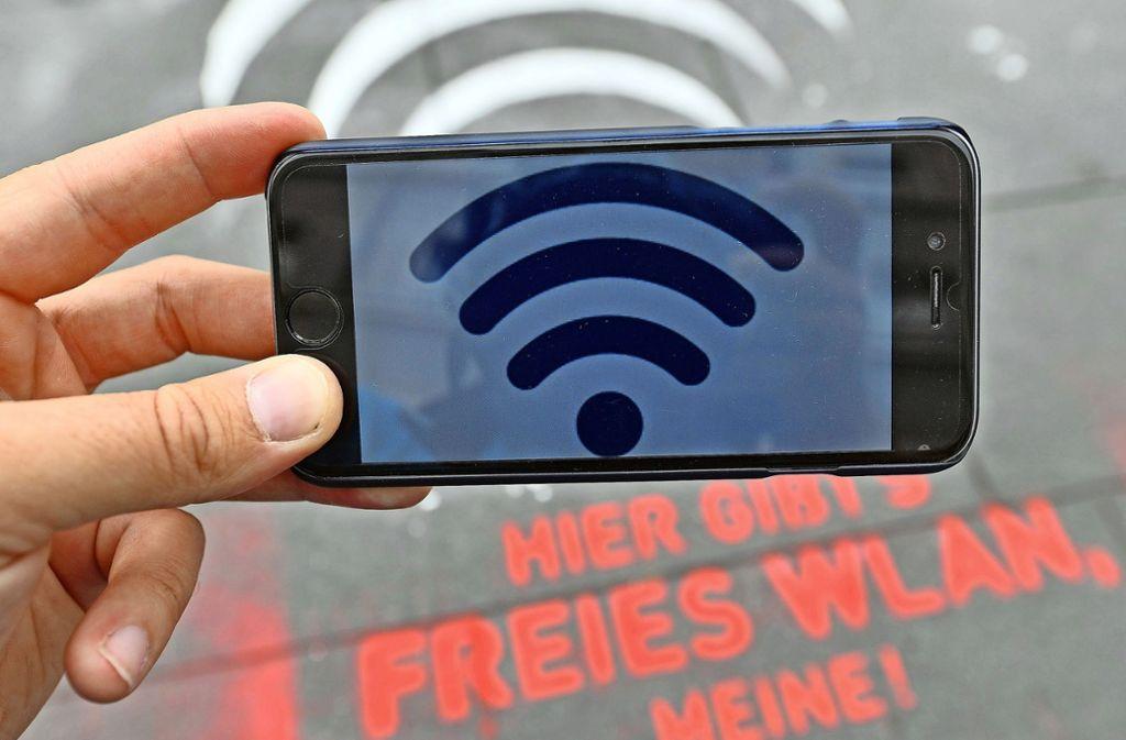 Immer mehr Menschen wählen sich mit ihren Smartphones und Tablets in frei zugängliche und kostenlose Netze ein. Foto: dpa