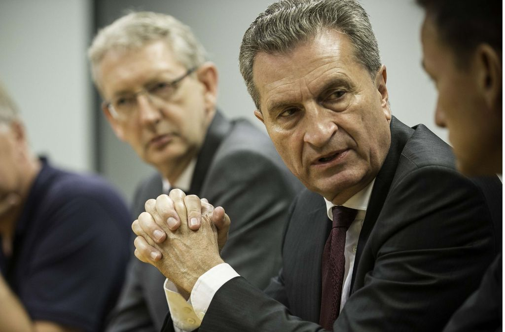 Günther Oettinger beim Redaktionsgespräch im Stuttgarter Pressehaus. Neben ihm die Chefredakteure Christoph Reisinger (re.) und Joachim Dorfs Foto: Lichtgut/Leif Piechowski