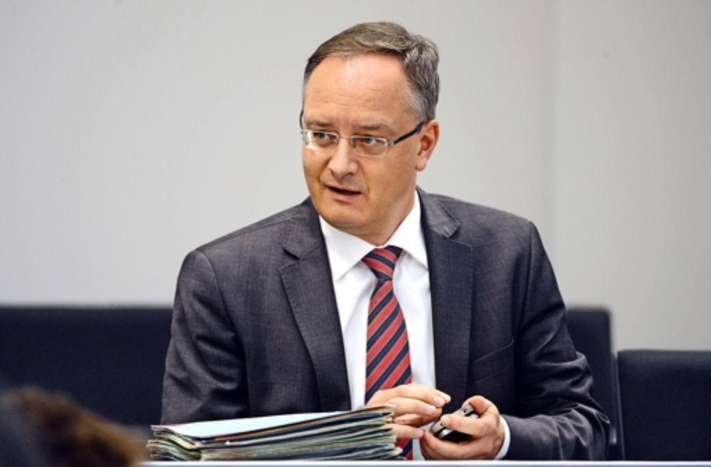 Kultusminister Stoch (SPD)  hört sich die Vorwürfe der Opposition an. Foto: dpa