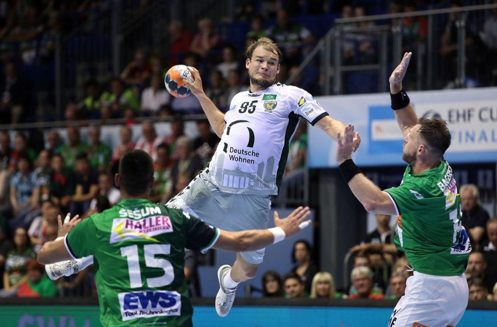 Paul Drux (beim Wurf) weiß: Handball ist der beste Sport der Welt. Auch wenn er kein einziges Schweißband trägt... Foto: Getty