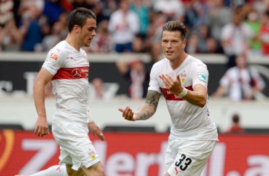 Die Stuttgarter Filip Kostic (links) und Daniel Ginczek jubeln nach dem Tor zum 3:0. Foto: dpa