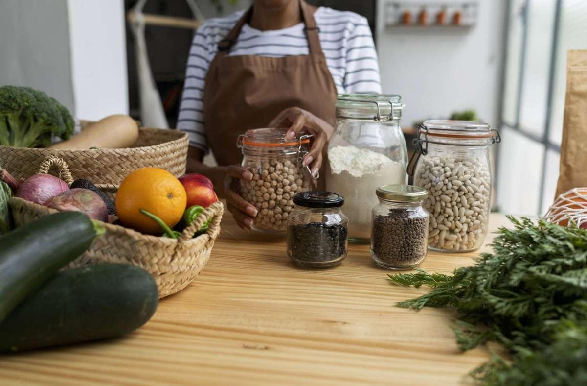 Klimafreundliche Ernährung hat mehr Produkte wie Hülsenfrüchte, Gemüse und Obst auf dem Speiseplan, dafür weniger tierische. Foto: imago/Westend61/Valentina Barreto