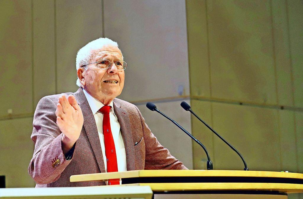Der Vorsitzende des Vereins Haus und Grund Stuttgart, Klaus Lang, spricht bei der Mitgliederversammlung in der Liederhalle. Foto: Haus und Grund