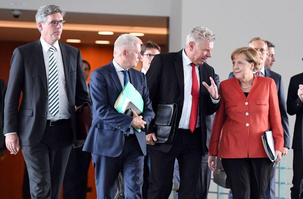 Seit' an Seit' mit der Kanzlerin – OB Fritz Kuhn (Zweiter von links) beim Berliner Abgasgipfel Foto: dpa