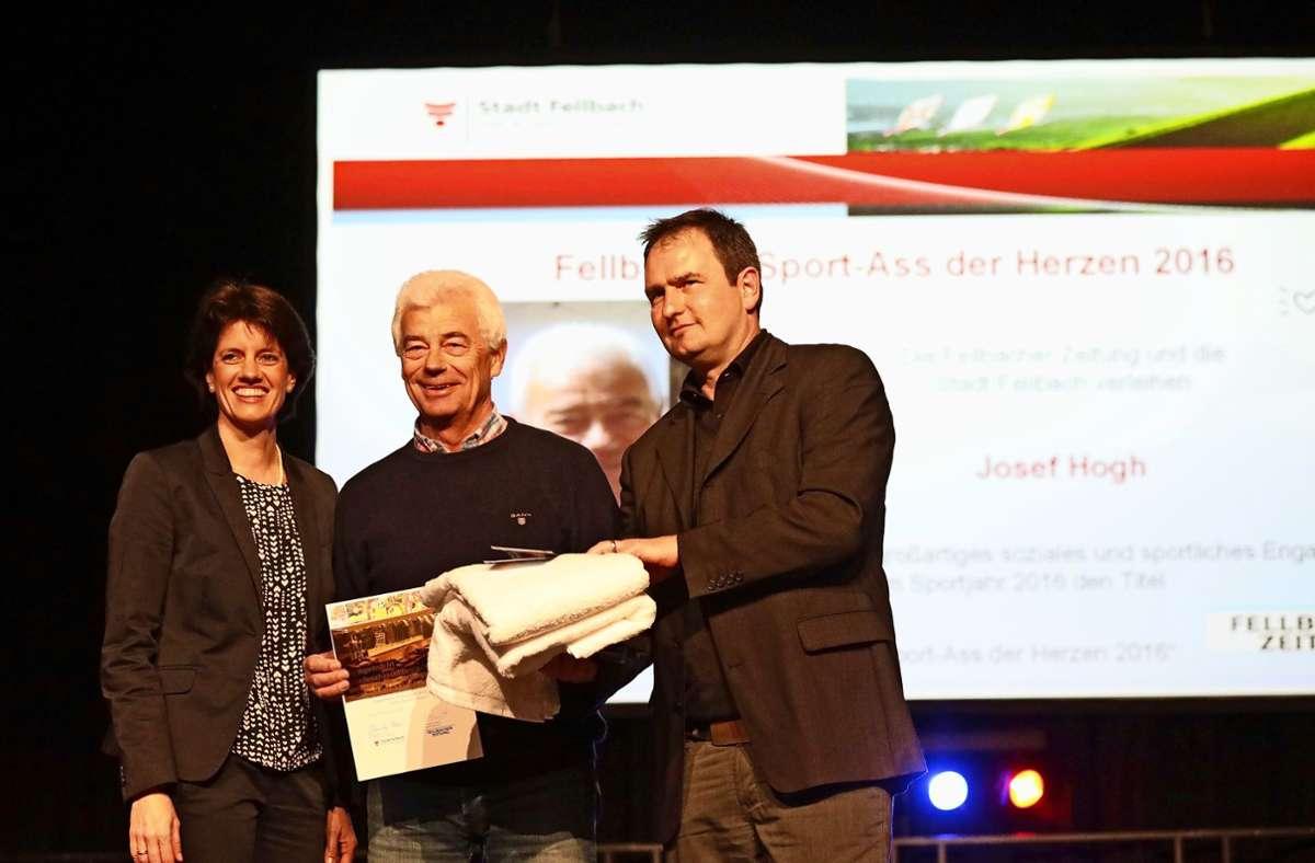 Josef  Hogh (Mitte), der Leiter der Sportabzeichen-Gruppe des SV Fellbach,   mit Oberbürgermeisterin Gabriele Zull und FZ-Redaktionsleiter Sascha Schmierer Foto: Patricia Sigerist