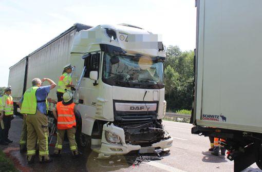 Lasterfahrer  bei Unfall eingeklemmt