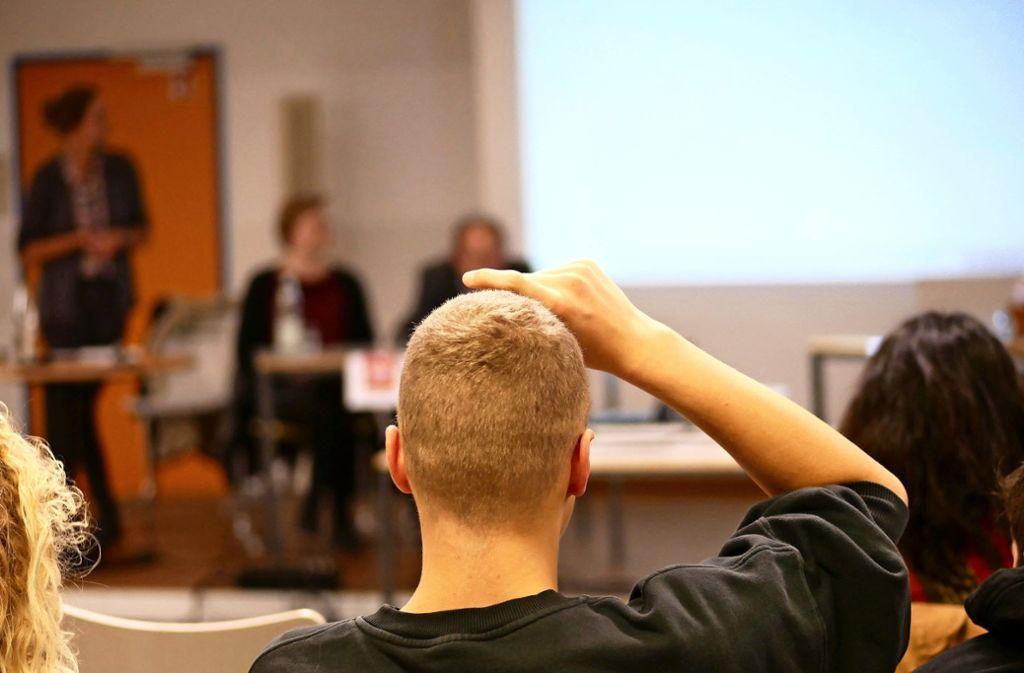 Bei der Podiumsdiskussion konnten Schüler des KCG Politiker mit ihren Fragen löchern. Foto: Eileen Breuer