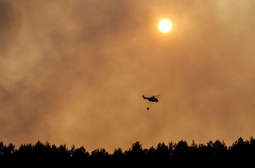 Ein CH53-Hubschrauber der Luftwaffe hilft bei den Löscharbeiten in Jüterbog. Foto: dpa