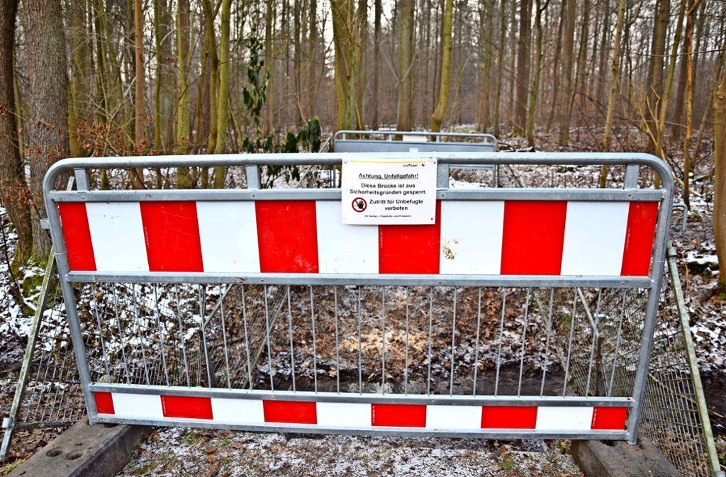 Dort, wo bis vor Kurzem eine Brücke stand, versperrt nun ein Bauzaun den Weg. Foto: A. Kratz