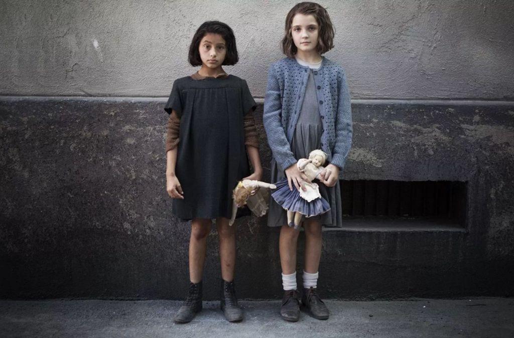 """Lila (Ludovica Nasti, li.)  und Lenù (Elisa Del Genio) in der Serie """"My brilliant Friend"""". In unsrer Bildergalerie können Sie sich durch den Ferrante-Kosmos klicken. Foto: HBO"""