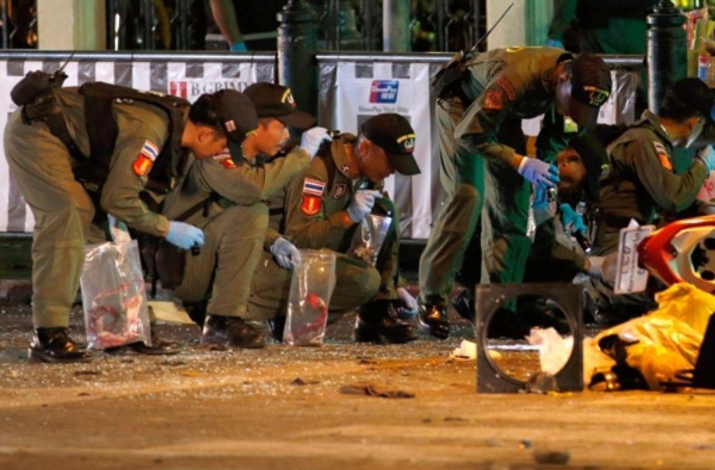 Beamte untersuchen am 17. August den Schauplatz des Bombenanschlags in Bangkok. Foto: dpa