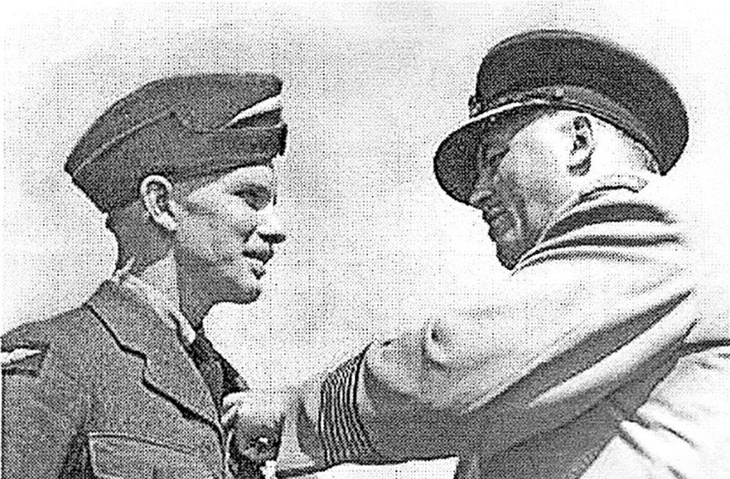 Officer Charles Joseph Mitchell (links) wurde   1943  Pilot. Er starb am 29. Juli 1944 bei Münchingen. Foto: Archiv Watzl