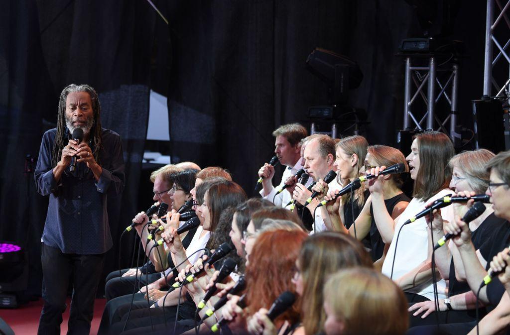 Gesangsworkshop mit Laien und Profis: Nach dem Publikum leitet Bobby McFerrin die Stuttgarter Kantorei an am Samstagabend im Alten Schloss Foto: Opus
