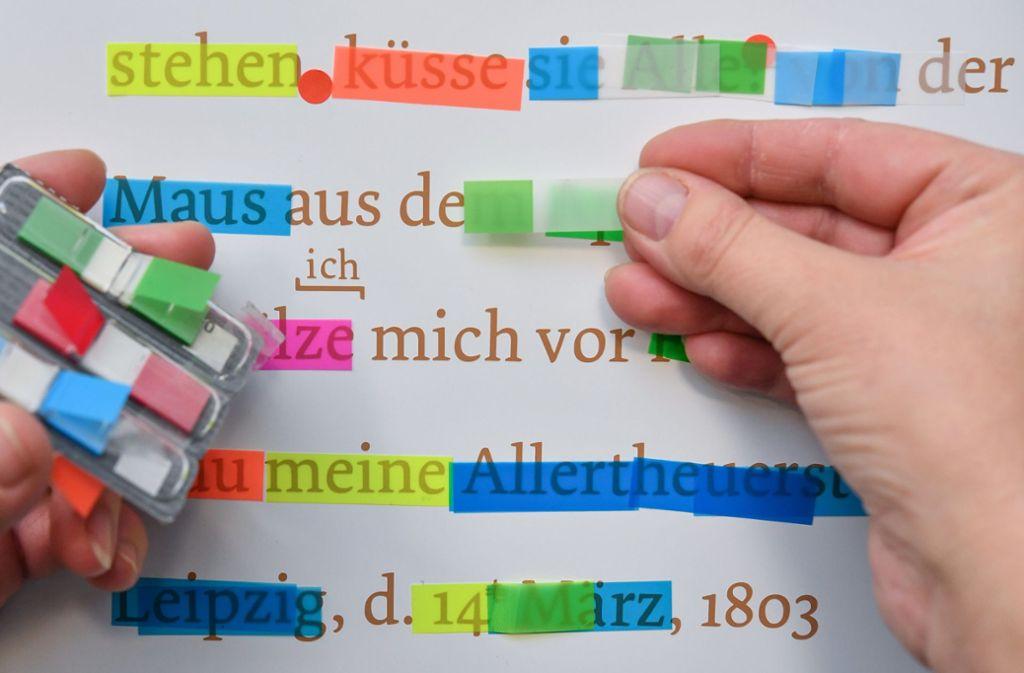 Menschen können literarische Texte mit mehr oder weniger Kreativität auf der Basis von Bekanntem zusammenkleben. Können das nun auch Maschinen? Foto: dpa