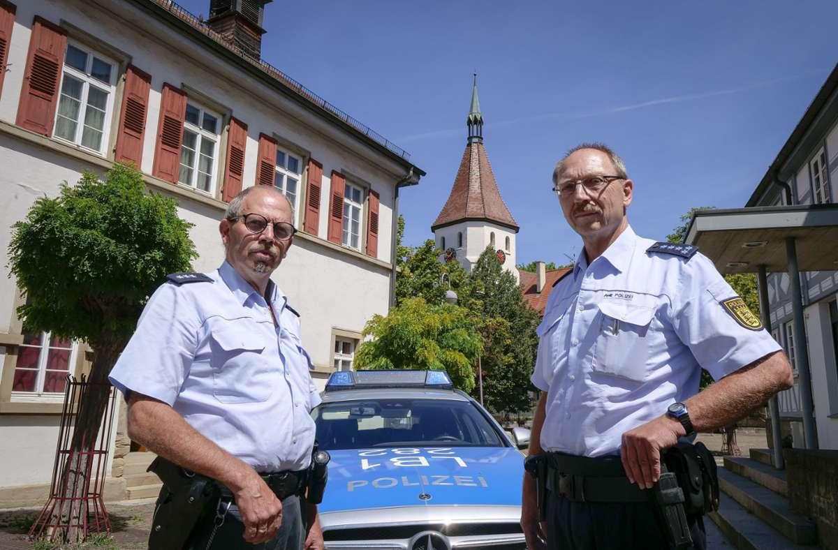 Die  beiden Polizeibeamten Rochus Frohndorf und Michael Szabo (rechts) sollen künftig von Schwieberdingen aus für Hemmingen zuständig sein. Foto: factum/Simon Granville
