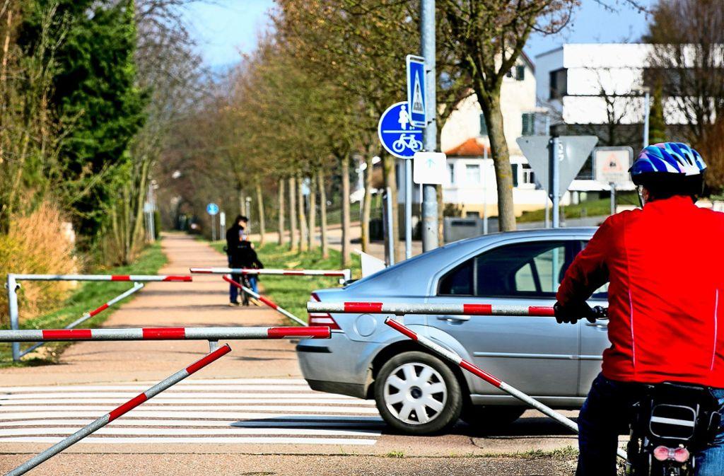 Die Umlaufschranken am Donzdorfer Radweg sind umstritten.  Eigentlich sollten Radler  hier vom  Drahtesel steigen und das Rad über den Überweg schieben. Foto: Archiv/Horst Rudel
