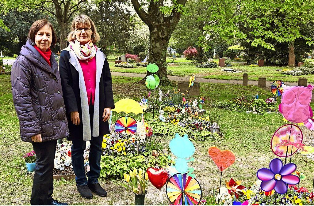 Die Seelsorgerinnen Annette Keimburg und Christine Kaier begleiten die Eltern bei der Abschiedsfeier auf dem Pragfriedhof. Foto: Eva Funke