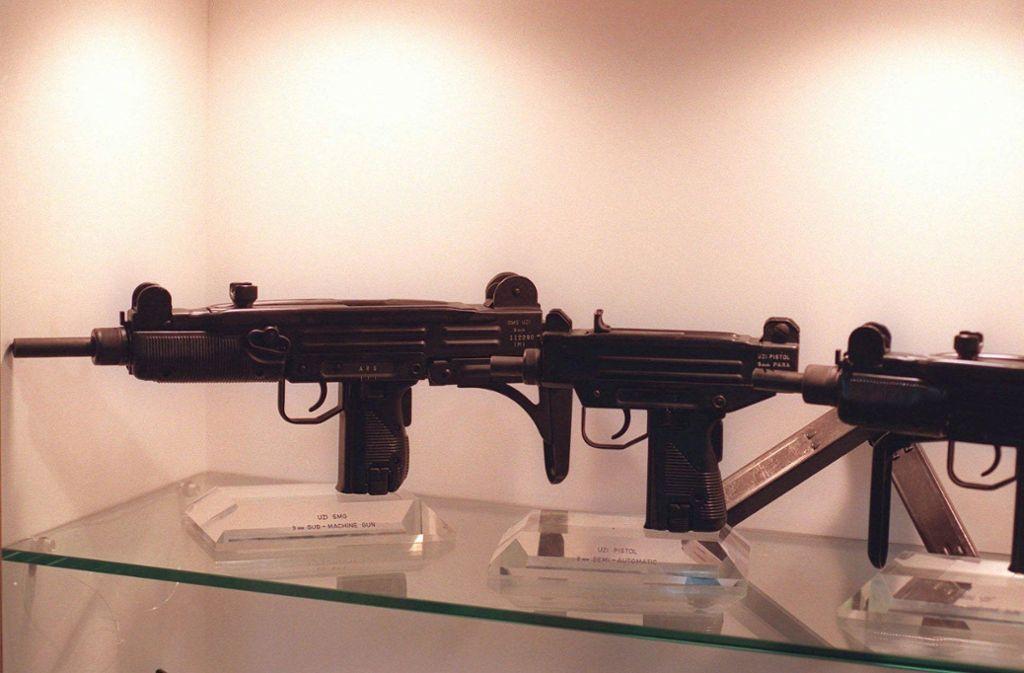Waffen vom Typ Uzi. Ein solches Exemplar wurde auch bei den Razzien des Nordkreuz-Netzwerks gefunden. Foto: AP/Eyal_Warshavsky
