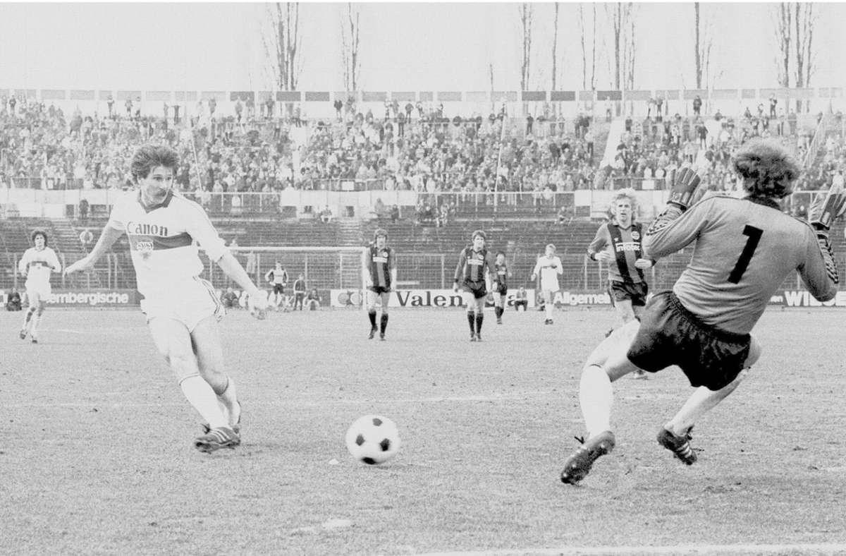 VfB-Stürmer Walter Kelsch (li.) erzielte im März 1982 für den VfB die Tore zum 2:1 und 3:1. Im Jahr 2017 wurde Kelsch in  Verfahren wegen Anlagenbetrugs und Beihilfe zum Drogenhandel zu einer Haftstrafe von drei Jahren verurteilt. Foto: Baumann