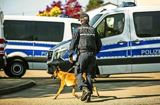 Die Polizei hat in Rottenburg das  Wohngebiet abgesperrt, in dem der mutmaßliche Täter wohnt. Foto: dpa