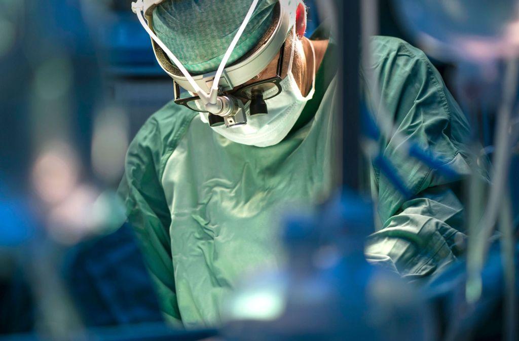Ein Arzt im OP-Saal: Operationen sind offenbar seltener nötig als gedacht. Foto: Mauritius/Westend61