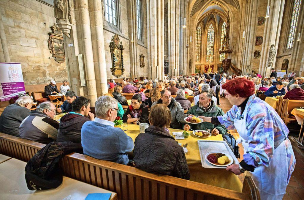 Einen Ausweg aus der Vereinsamung bieten auch die Vesperkirchen. Hier in der Esslinger Frauenkirche kommen alle Gesellschaftsschichten zusammen. Foto: Michael Steinert