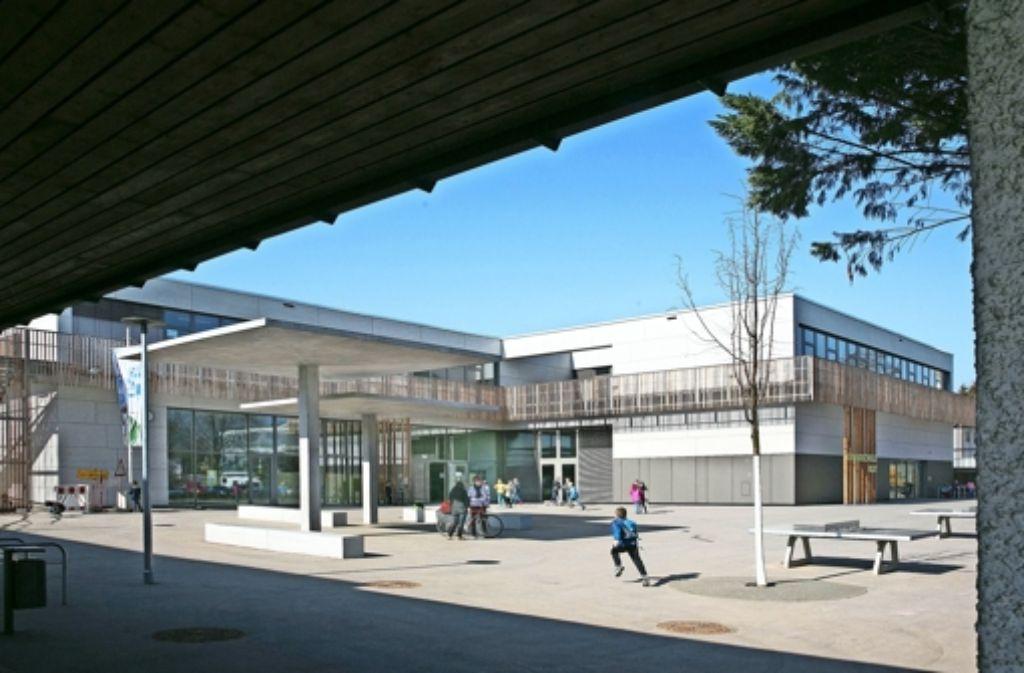 Auf dem Hof vor der neuen Schule herrscht bereits Leben. Foto: Horst Rudel