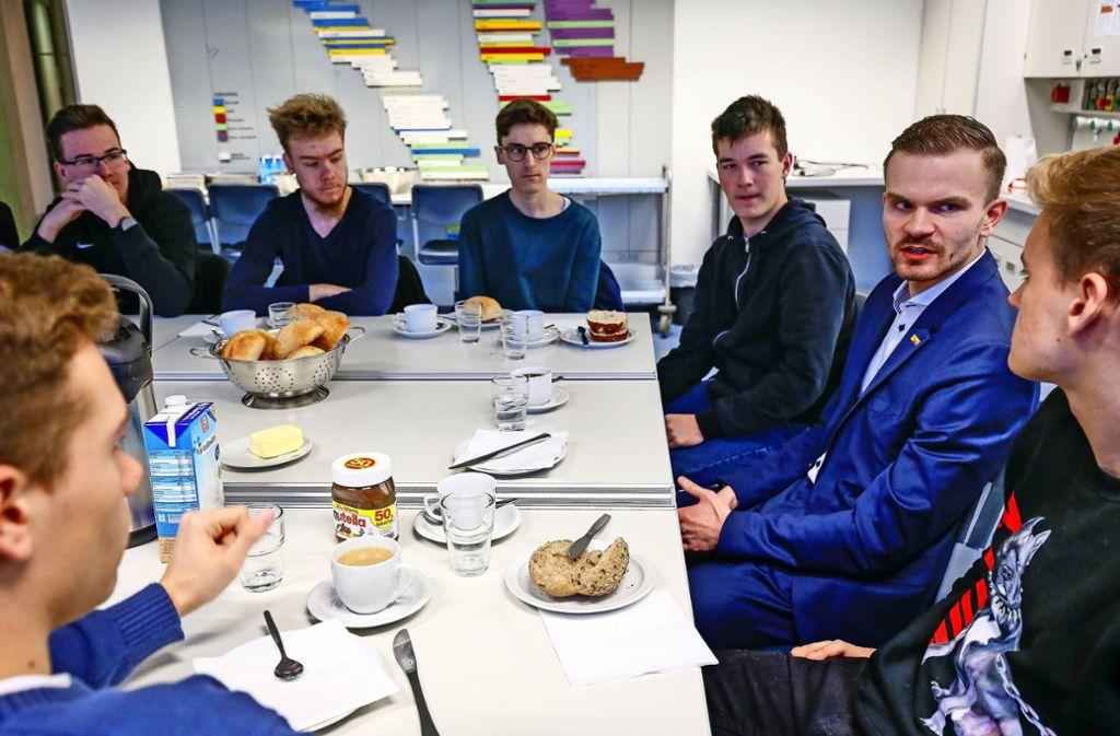 Alexander Stahl (2. von rechts) diskutiert mit den ASG-Schülern über Europa, Flüchtlinge, aber auch Drogenpolitik. Foto: factum/Granville