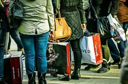 Trotz einiger voller Einkaufstaschen sind die Händler mit dem diesjährigen Weihnachtsgeschäft nur bedingt zufrieden. Foto: Lichtgut/Max Kovalenko