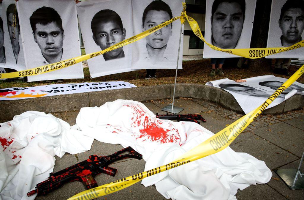 Zu Beginn des Prozesses Mitte Mai hatten Waffengegner vor dem Stuttgarter Landgericht Waffenattrappen und Fotos von 43 Studenten ausgestellt, die 2014 in Mexiko entführt und mutmaßlich ermordet wurden. Foto: dpa