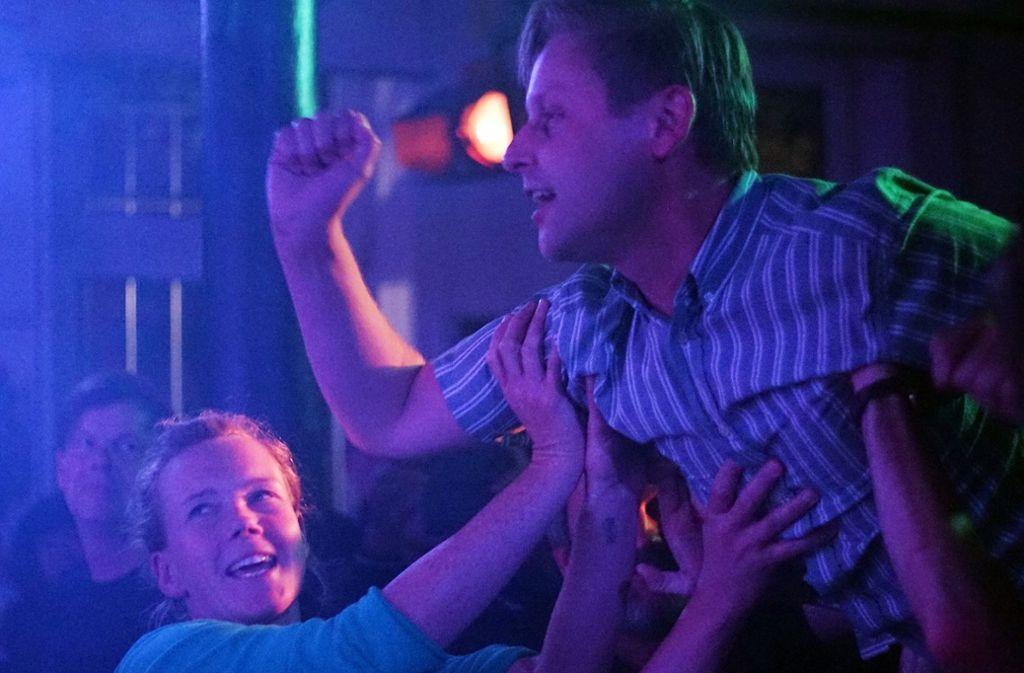 Das Publikum im Merlin lässt Jermain Herold von der Band Scharping crowdsurfen. Weitere Bilder vom Freitagabend im Merlin zeigt die Fotostrecke. Foto: Jan Georg Plavec