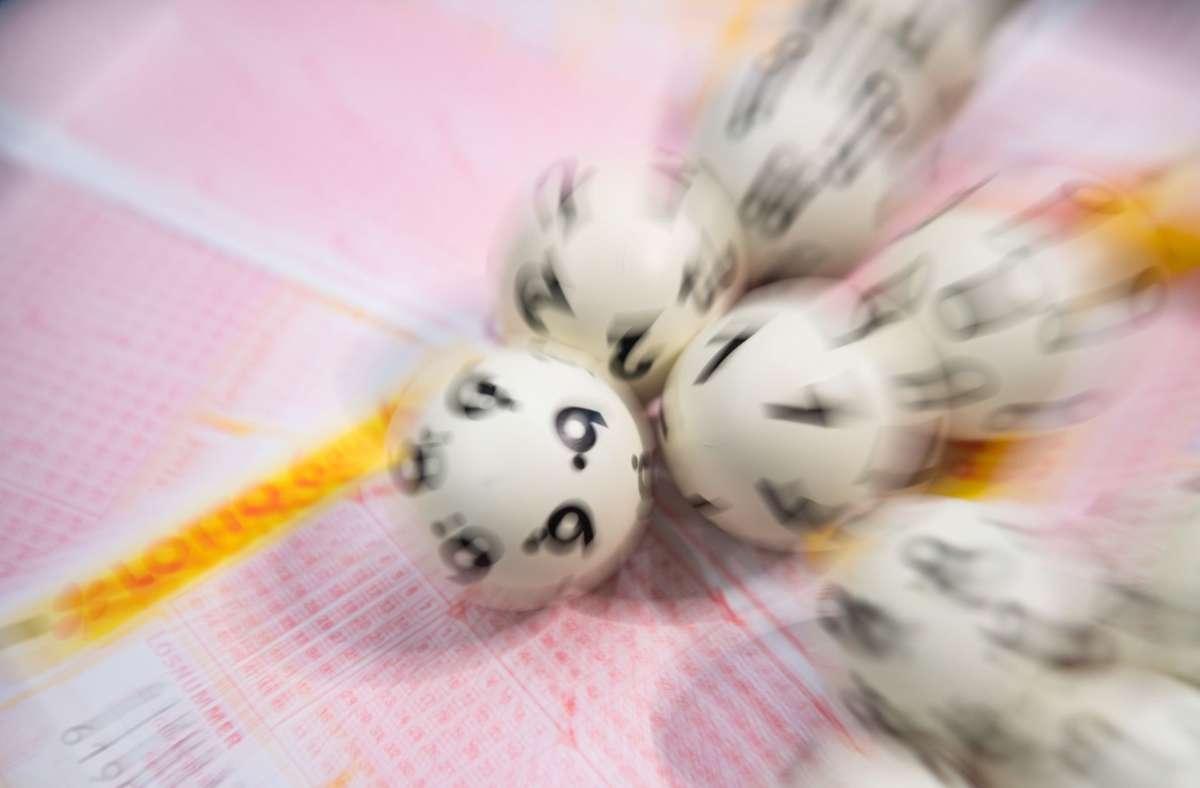 Die Frau hatte in  den  Lottoschein  2,40 Euro investiert und über 30 Millionen gewonnen. (Symbolfoto) Foto: dpa/Tom Weller