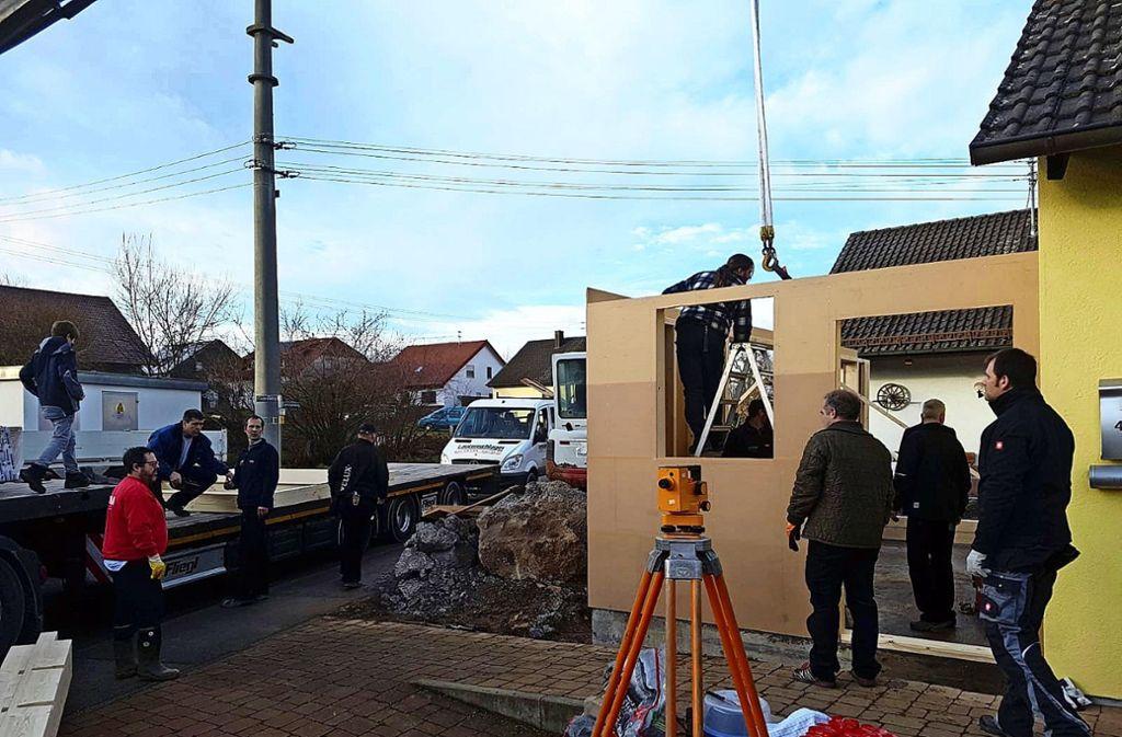 Nachdem die ersten Wände stehen, packen viele   fleißige Hände  mit an, um den   Anbau  an das Haus der Famille Rentschler  zügig bewohnbar zu machen. Foto: privat