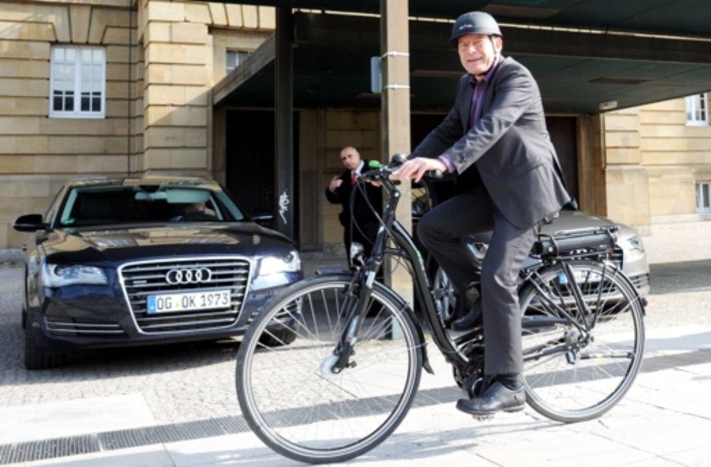 Geht mit gutem Beispiel voran: Der baden-württembergische Verkehrsminister Winfried Hermann fährt selbst mit Fahrradhelm. Foto: dpa