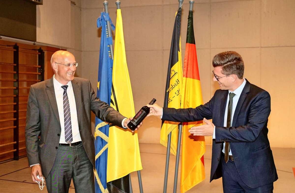 Stefan Altenberger (links) erhält von Dirk Oestringer eine Flasche Wein. Foto: factum/Granville