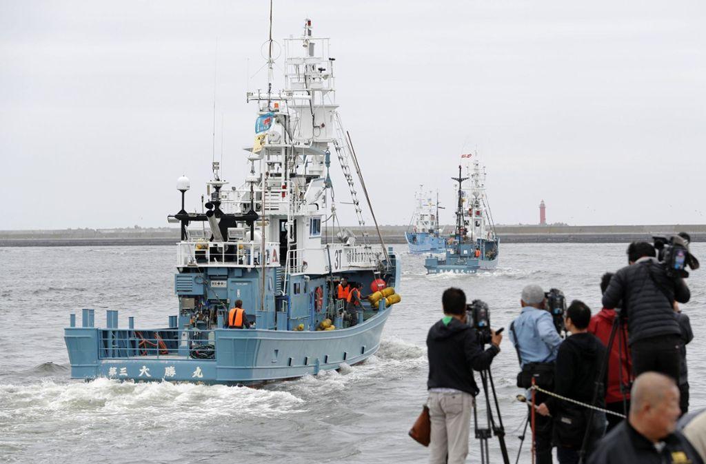 Während die Schiffe den Hafen der Walfangstadt Kushiro verließen, feierten Walfänger, ihre Familien und Vertreter der Städte. Foto: dpa